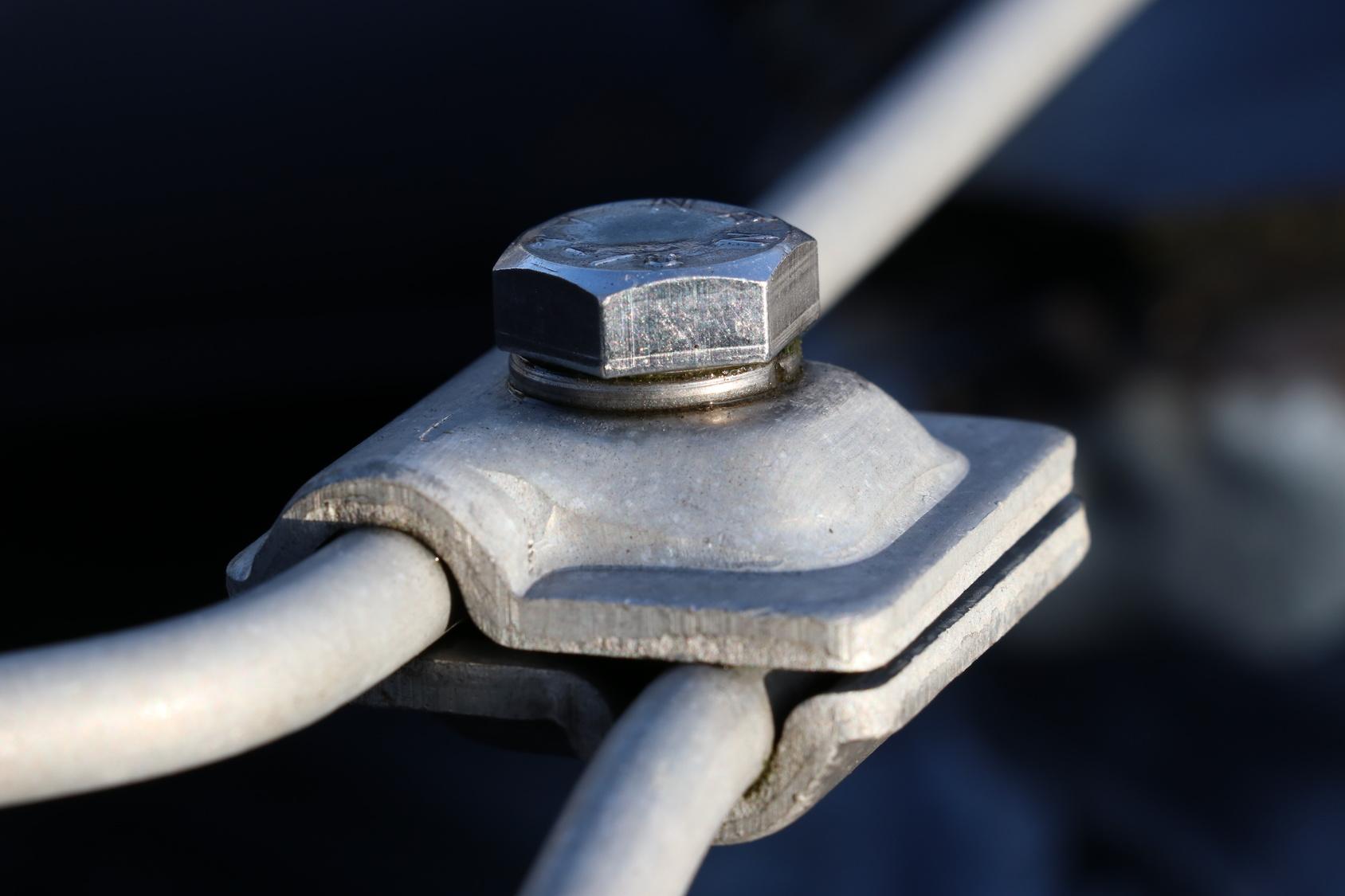 Rundleiter Verbinder/ Verbindungsklemme für Blitzableiter auf einem Hausdach